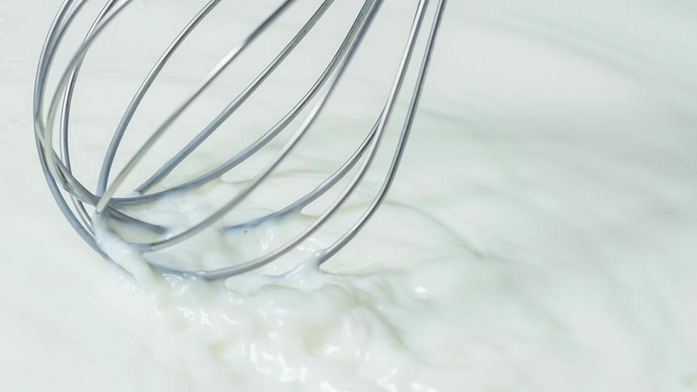 「発酵バター」は原料となるクリームを乳酸菌によって半日以上発酵させてつくる