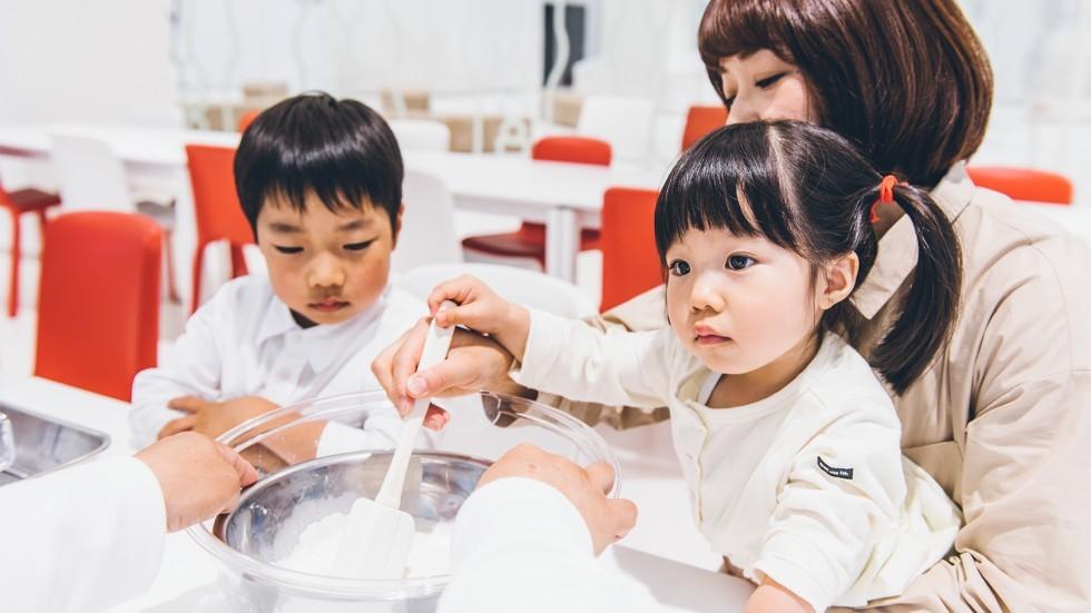 グリコピアCHIBAでアイスクリームの手作り体験をする家族